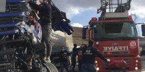 Van'da kamyon ile tırın çarpışması sonucu 3 kişi yaralandı