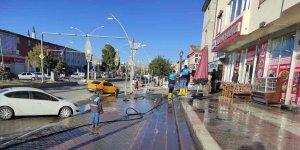 Çaldıran Belediyesi ana yolları sabunlu suyla yıkadı