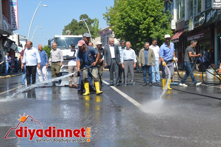 Eleşkirt'te yollar yıkandı
