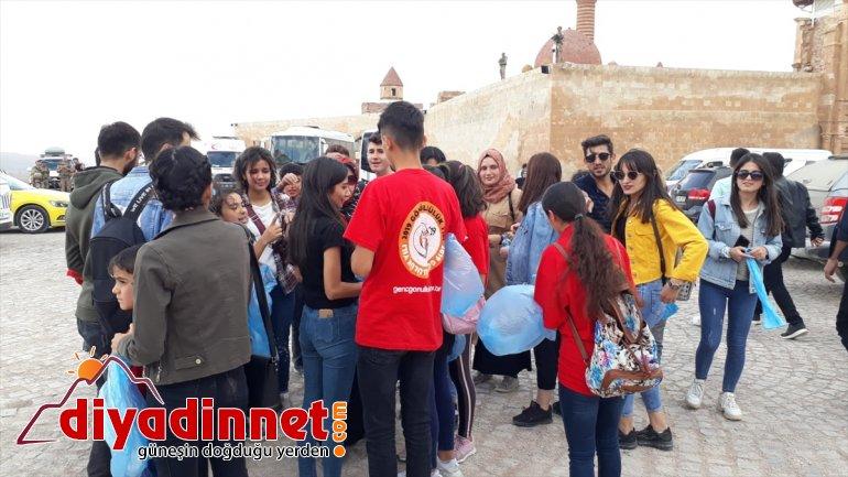 Gönüllü gençler İshak Paşa Sarayı çevresindeki çöpleri topladı - AĞRI3