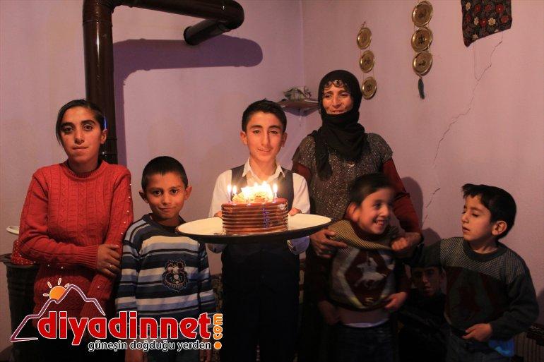 Doğum gününü ilk kez öğretmenleriyle kutladı