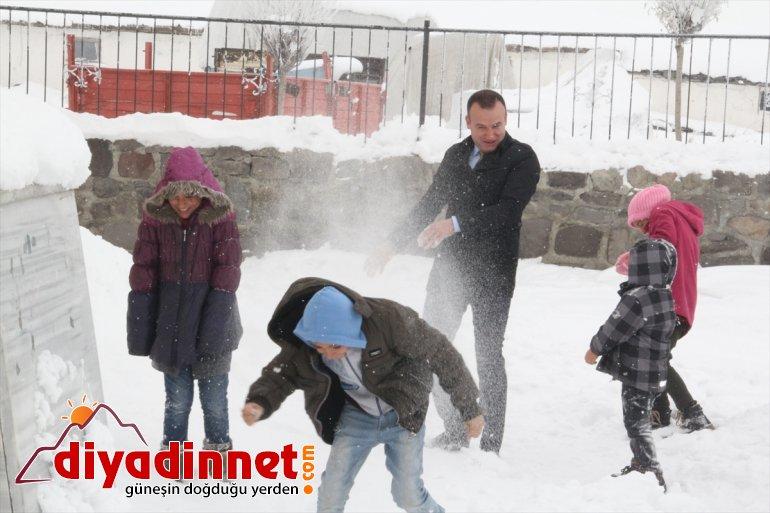 Köydeki öğrenciler ikinci yarıyıla sobada kestane pişirip kartopu oynayarak girdi