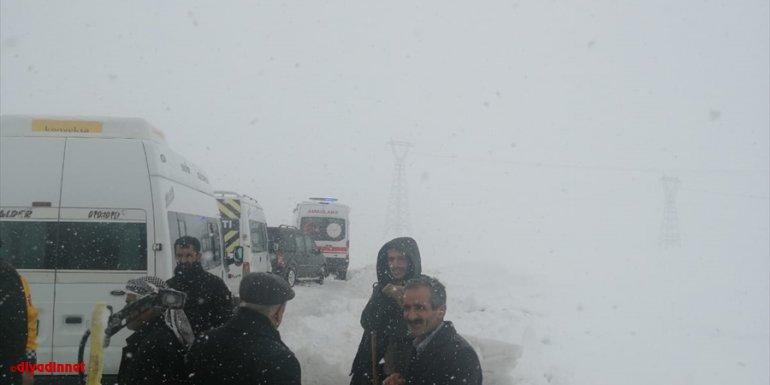 Yüksekova'da tipi nedeniyle mahsur kalan sağlık ekibi ile vatandaşlar kurtarıldı