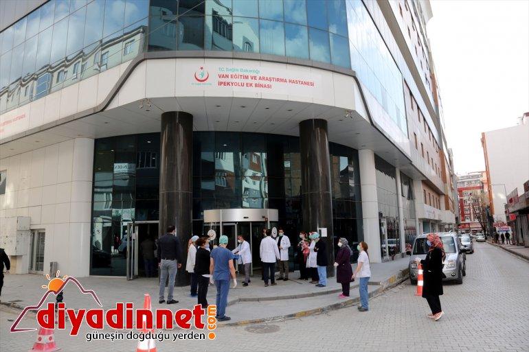 Van'da Kovid-19 tedavisi tamamlanan 3 kişi alkışlarla taburcu edildi