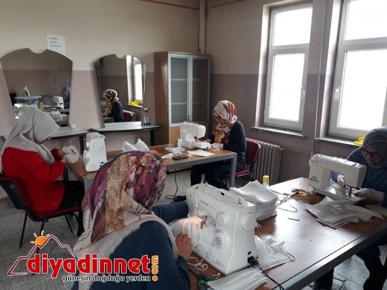 Eleşkirt'te halk eğitim merkezinde usta öğreticiler maske üretiyor