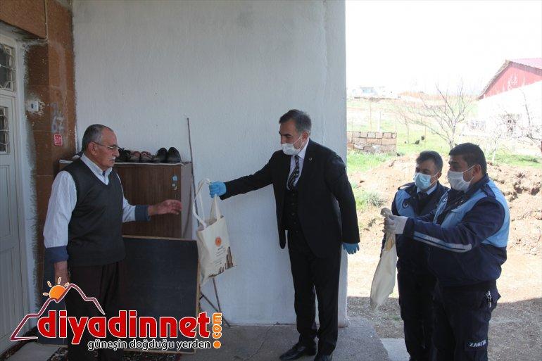 Ahlat Belediyesinden yaşlılara ramazan pidesi ve hurma ikramı