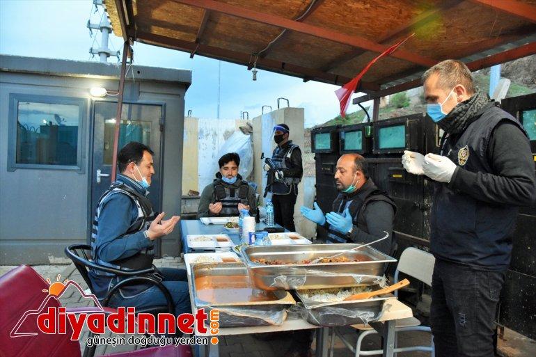 Muş'ta polis ekipleri ilk iftarlarını elleri tetikte açtı