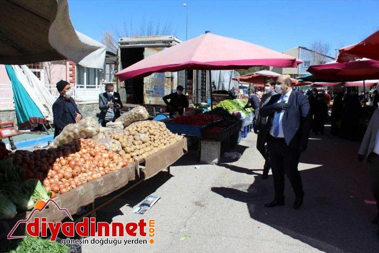 Belediye Başkanı Kovid-19''a karşı semt pazarında maske dağıttı