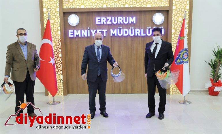 Erzurum'da öğretmenlerin ürettiği yüz koruyucu siperlikler polislere armağan edildi