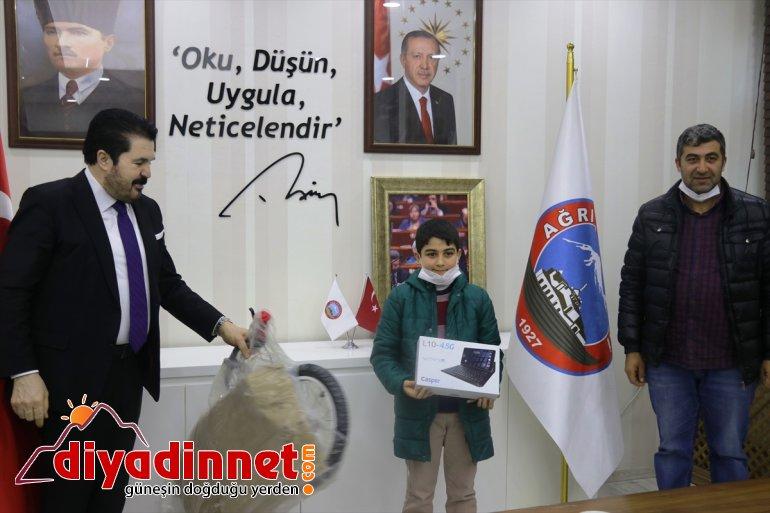 Ağrılı küçük Yiğit, kumbarasındaki harçlıklarını Milli Dayanışma Kampanyası'na bağışladı