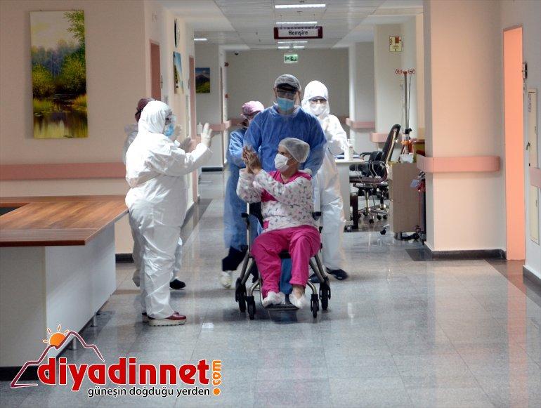 Kovid-19 mücadelesini kazanan 72 yaşındaki kadın taburcu edildi