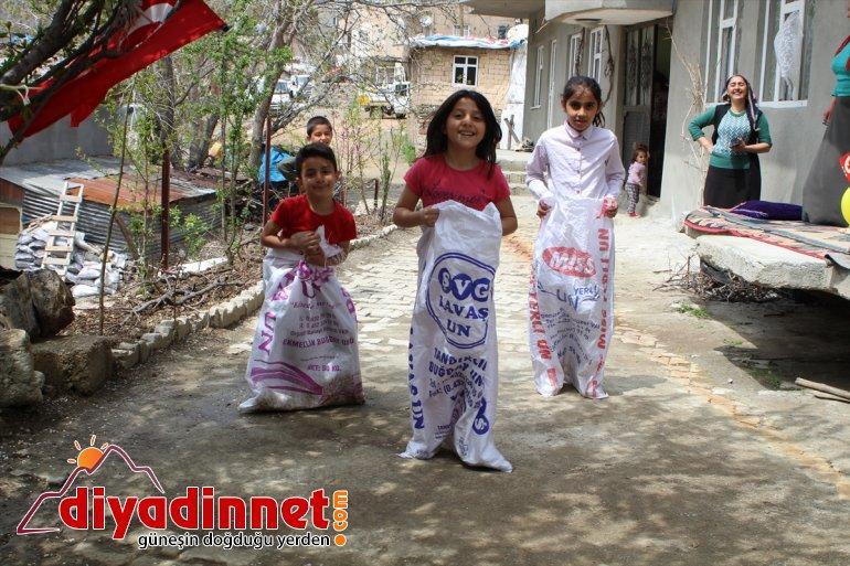 Hakkarili çocuklar evlerini süsleyerek 23 Nisan'ı kutladı