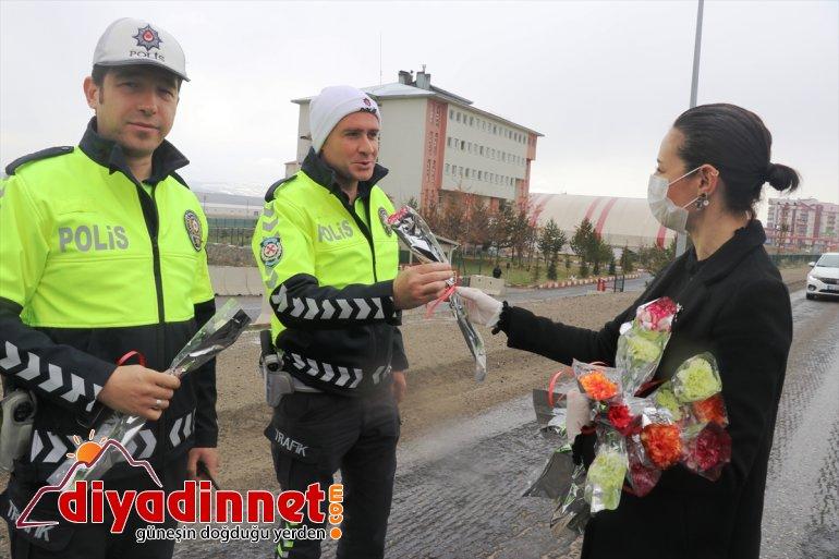 Ağrı'da öğretmenler polislere karanfil verip baklava ikram etti