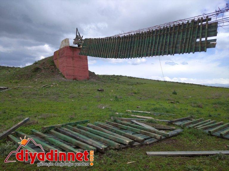 Kars'ta 110 metrelik asma köprü, şiddetli rüzgar nedeniyle yıkıldı