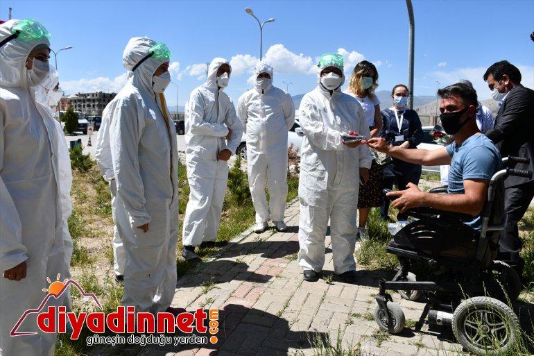 Ağrılı engellilerden başarılı pandemi ekibine çiçekli sürpriz