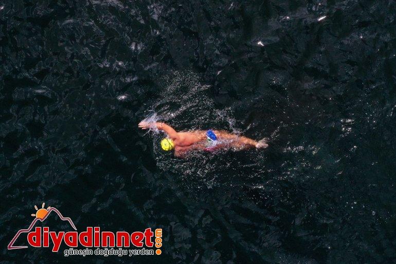 Maraton Yüzücüsü Emre Deliveli, Ağrı'daki Balık Gölü'nü yüzerek geçti