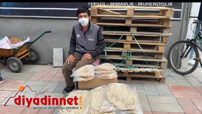 Afgan şair savaştan kaçarak sığındığı Türkiye de ekmek satarak geçimini sağlıyor2