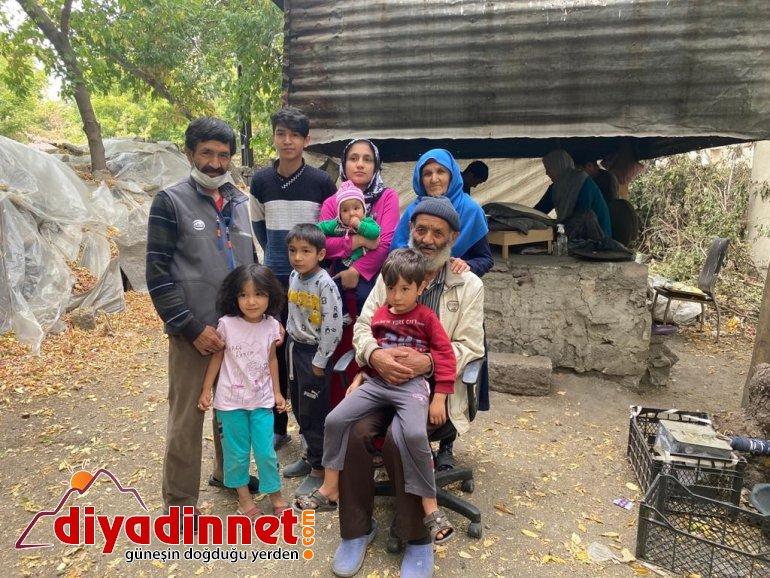 Afgan şair, savaştan kaçarak sığındığı Türkiye'de ekmek satarak geçimini sağlıyor