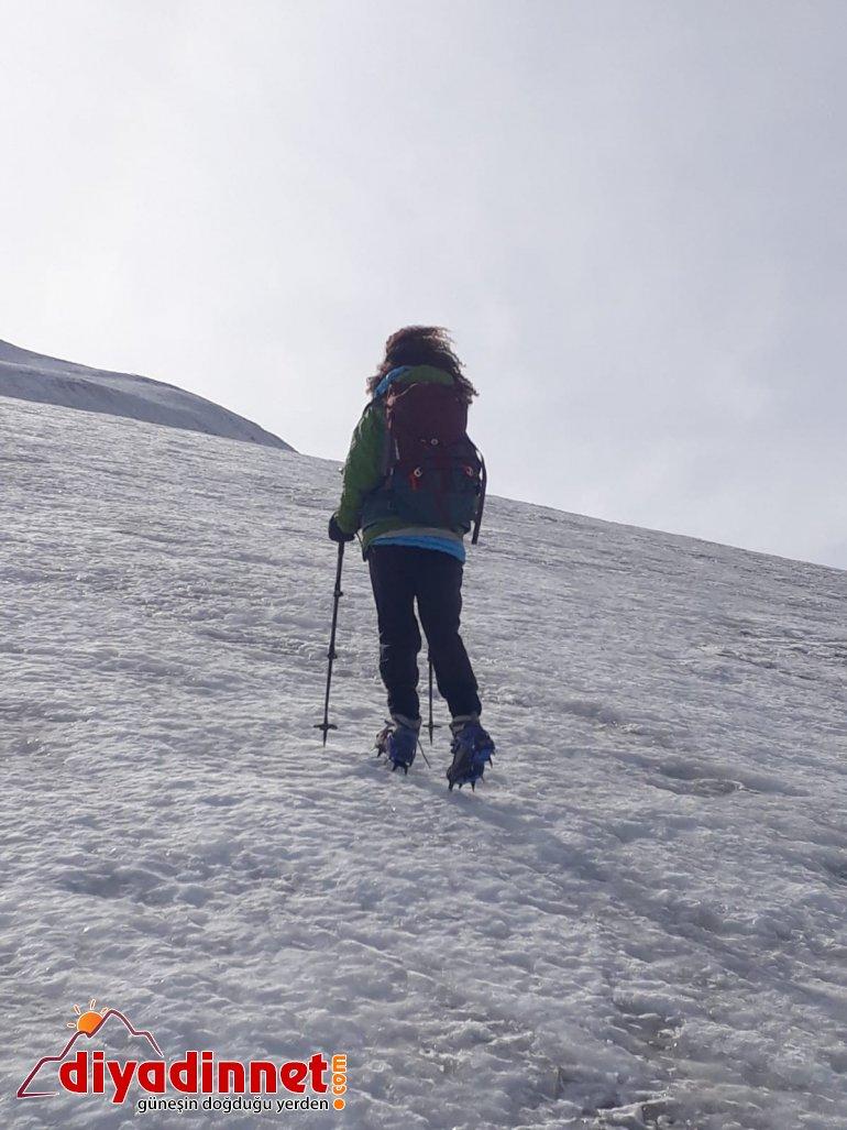 Küresel ısınmaya dikkat çekmek için dağın zirvesine tırmandı2
