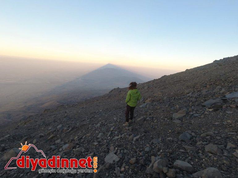 Küresel ısınmaya dikkat çekmek için dağın zirvesine tırmandı5