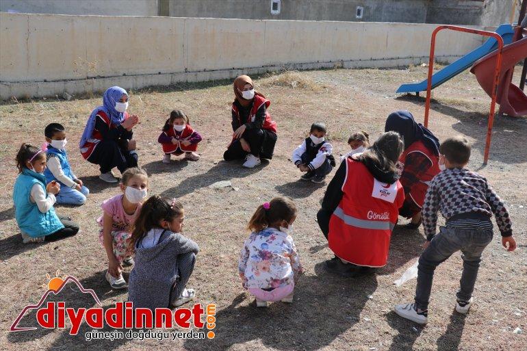 Türk Kızılay gönüllüleri köy okulunun halılarını değiştirip minik öğrencilere oyuncak dağıttı