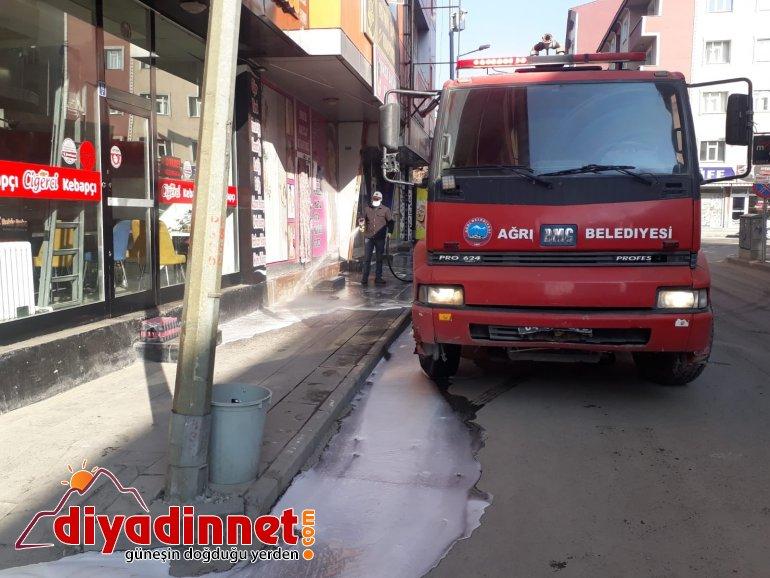 Ağrı da cadde ve sokaklar korona virüse karşı sabunlu su ile yıkanıyor2