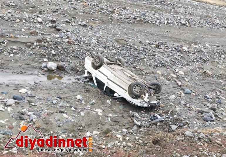 Ağrı'da şarampole devrilen otomobildeki 2 kişi yaralandı