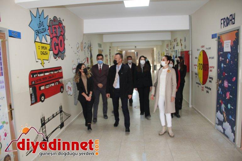 Ağrı da okul koridorunun duvarları yabancı dil görselleri ile süslendi3