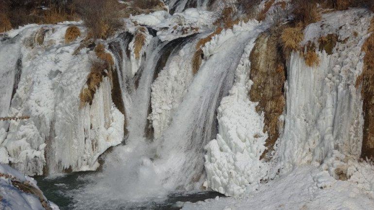 Buzdan gelinliğini giyen Muradiye Şelalesi güzelliği ile büyülüyor