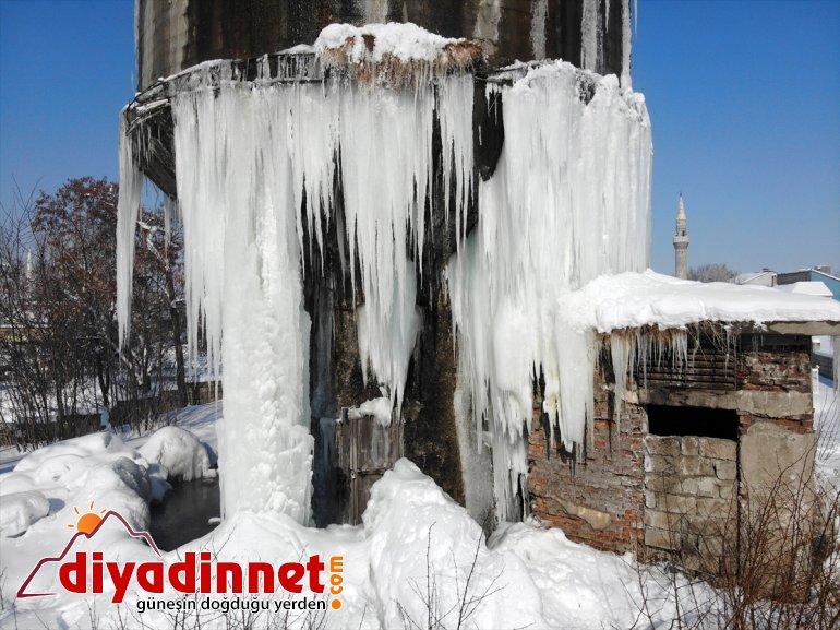 Dondurucu soğukların yaşandığı Ağrı da metrelik buz sarkıtları oluştu4