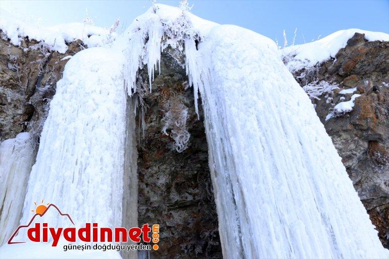 Dondurucu soğukların yaşandığı Ağrı da metrelik buz sarkıtları oluştu5