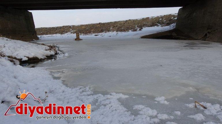 Eksi derecede çamaşırlar dondu evler dev buz sarkıtlarının altında kaldı3