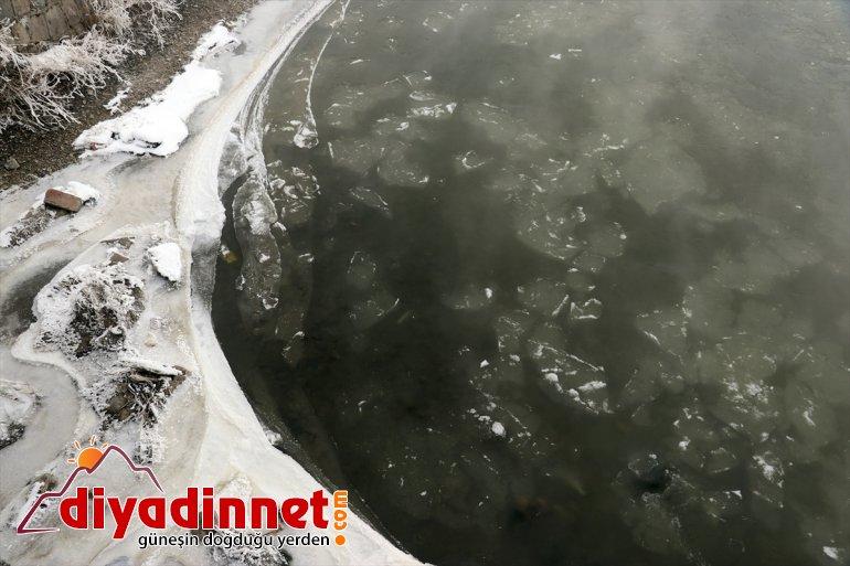 Ağrı da dere ve nehirler dondu bina çatılarında buz sarkıtları oluştu2