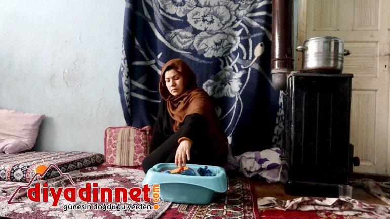 Savaştan kaçarken eşi kaybolan Afgan kadın çocuklarıyla yaşadığı yıkık dökük evde yaşam mücadelesi veriyor4