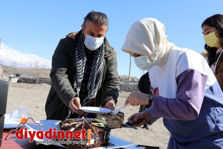 köy kışlık yurdun gönderilen AĞRI çift, sevindiriyor - kıyafetlerle Hayırsever yanından çocuklarını bir dört 11