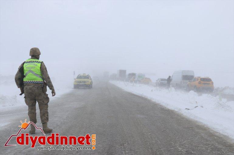 Ağrı-İran ulaşıma nedeniyle tipi kara yoğun yolu kapatıldı 11