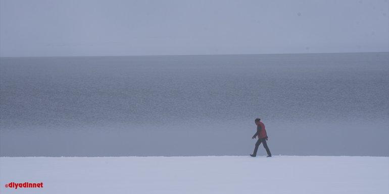 Beyaza bürünen Kars'taki Susuz Şelalesi ile Aygır Gölü sisle kaplandı