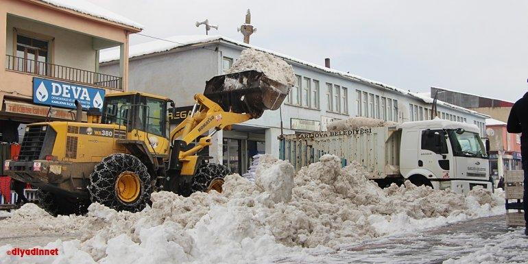 Bingöl'ün Karlıova ilçesinde biriken kar kamyonlarla taşındı