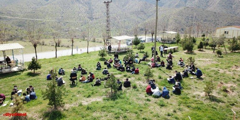 Bitlis'te köylerdeki öğrenciler gezici kütüphaneyle buluşturuldu