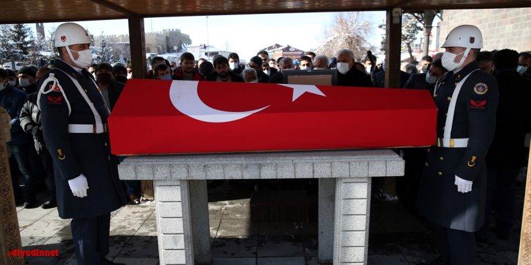 Diyarbakır'da trafik kazasında yaşamını yitiren uzman çavuş, eşi ve çocuğu Erzurum'da toprağa verildi