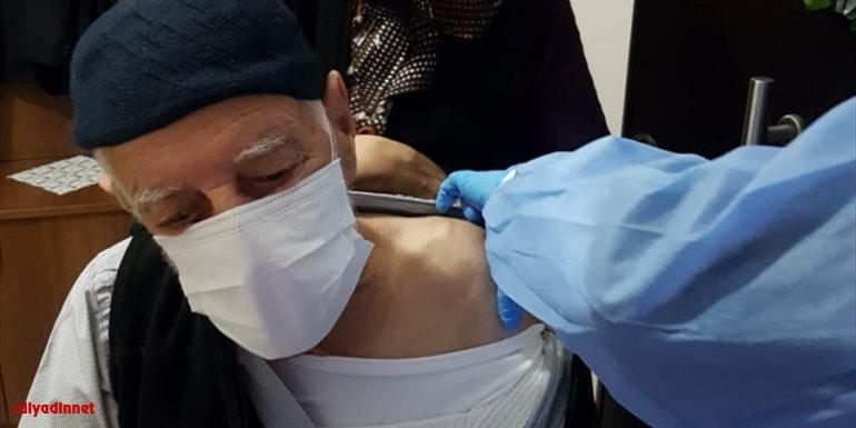Erzincan'da aşı randevusu oluşturamayan vatandaşa Vali Makas'ın talimatıyla evinde aşı yapıldı1