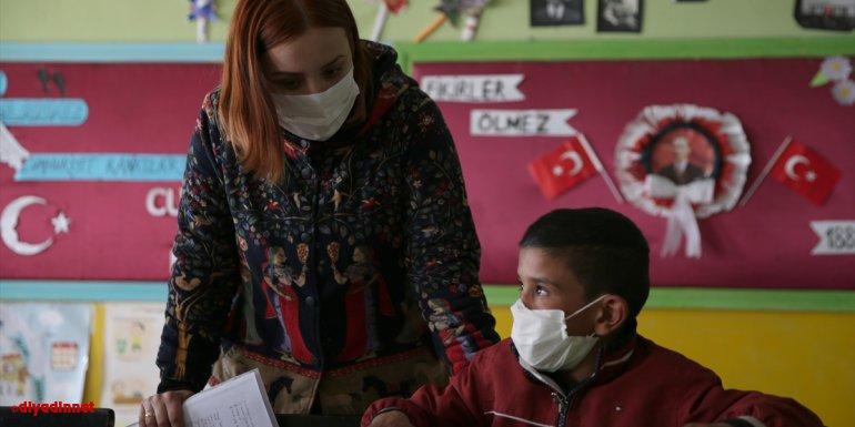 Dağ köyündeki okulu öğrencilerin ayrılmak istemediği eğitim yuvasına dönüştürdü