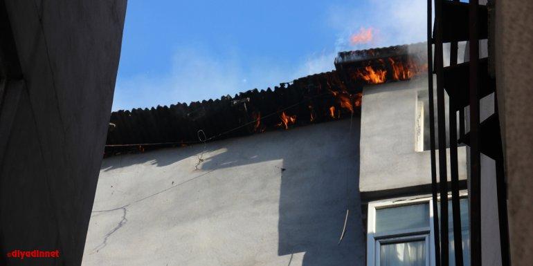 HAKKARİ - Çatı katında çıkan yangın korkuttu1