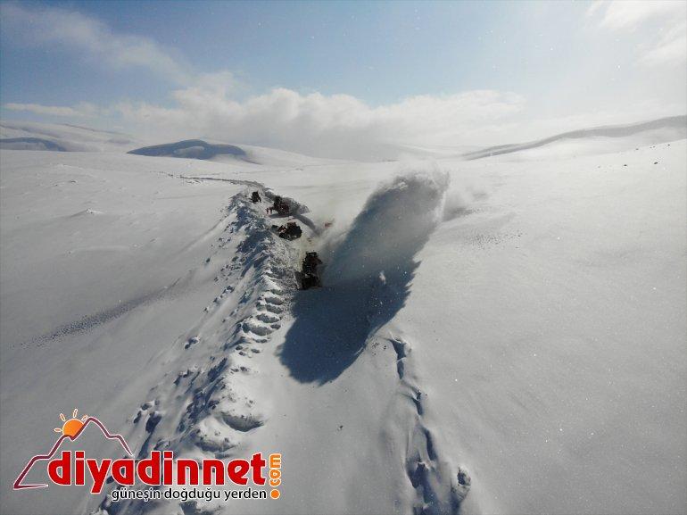 mücadele gündüz kapalı yapıyor için ekipleri tutmak yolları açık Karla kardan görev gece 13