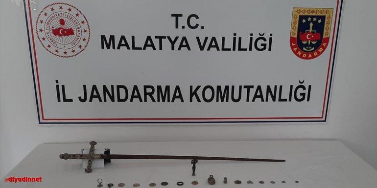 Malatya'da tarihi eser olduğu değerlendirilen kılıç, sikke, heykel ve mühür ele geçirildi