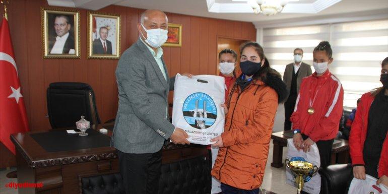 Malazgirt Belediye Başkanı Altın başarılı sporculara malzeme yardımında bulundu