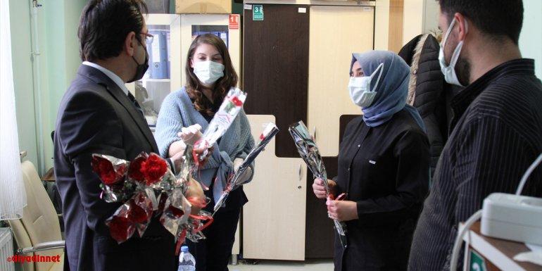 Özalp ve Saray'da kadın sağlık çalışanlarına karanfil dağıtıldı