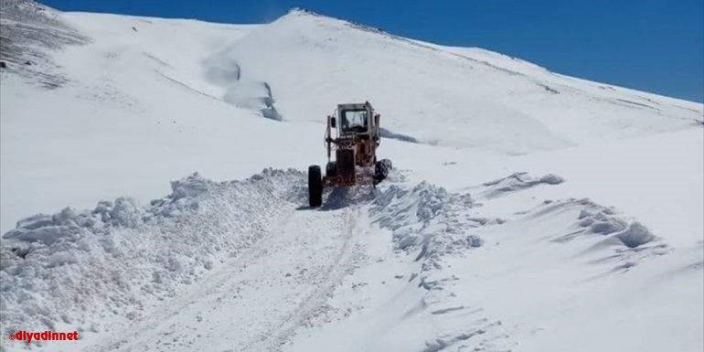 Van'ın Saray ilçesinde karla mücadele devam ediyor