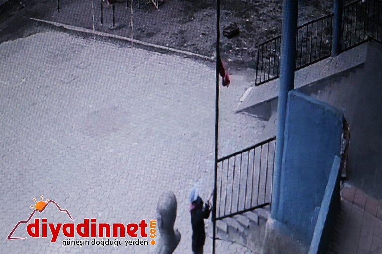 Ağrı'da çocuklar, rüzgarın etkisiyle direğin yarısına inen Türk bayrağını göndere çekti