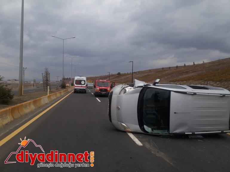 Ağrı da elektrik direğine çarpan araç kaza yaptı yaralı4